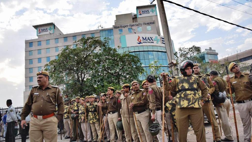 देखिए तमाशा! अस्पताल की सुरक्षा में लगी दिल्ली पुलिस।